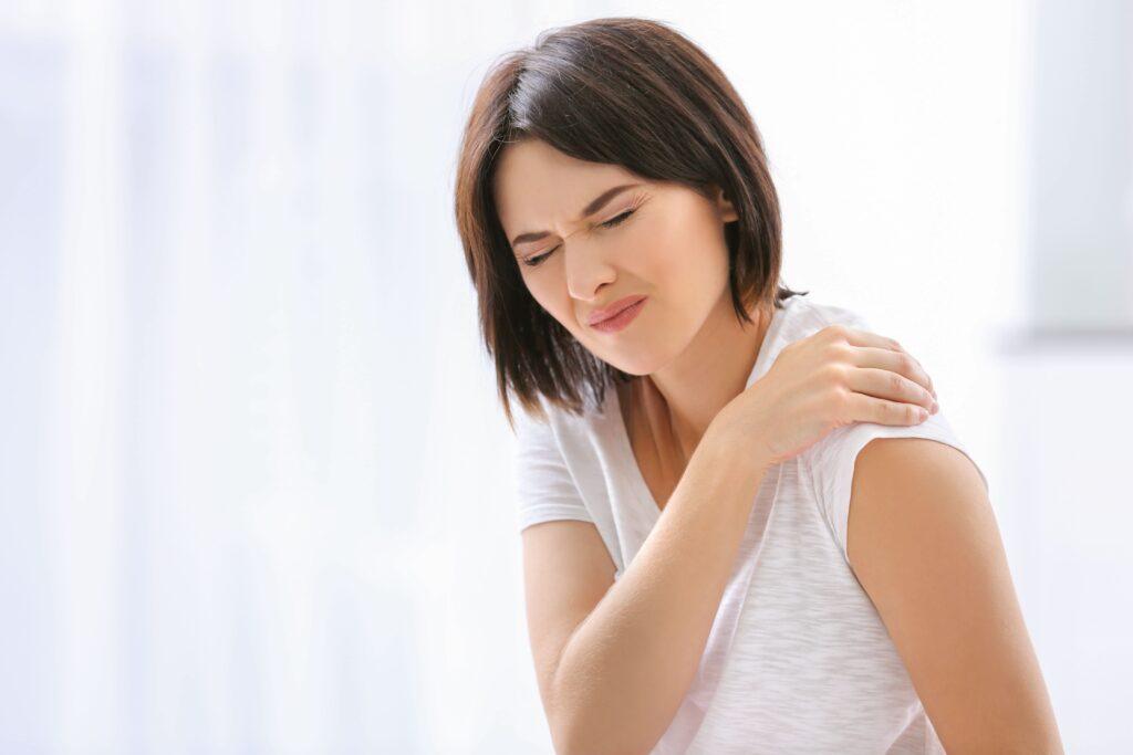 Donna dolorante alla spalla